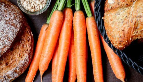 Bund Karotten, Brot und Bröchen