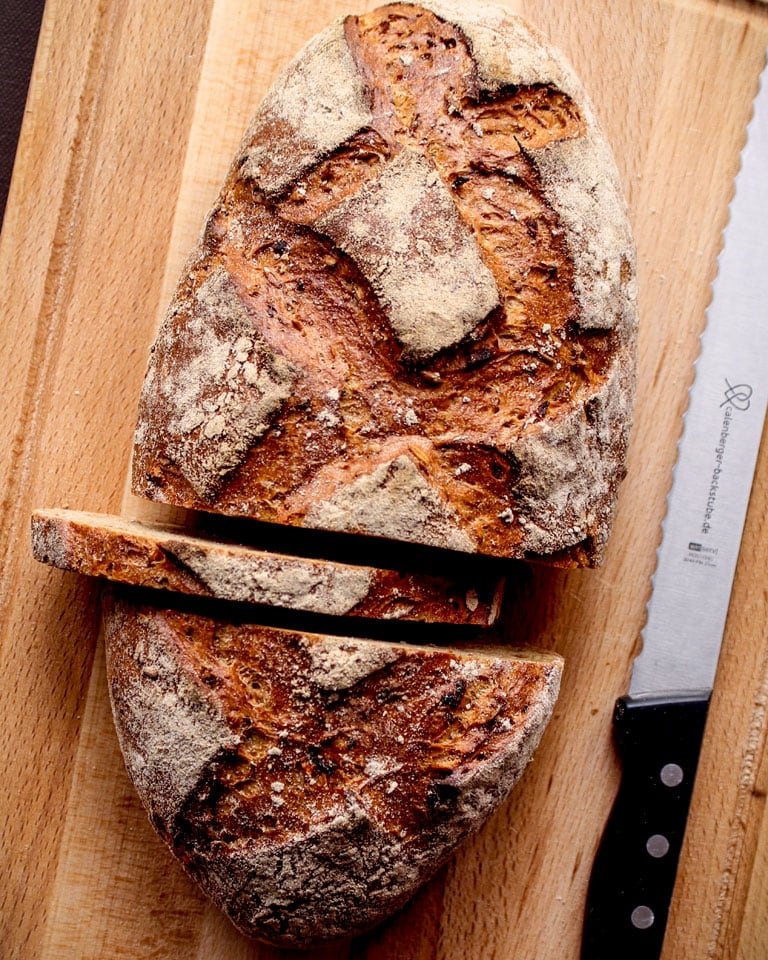 Brot auf Brett mit Brotmesser