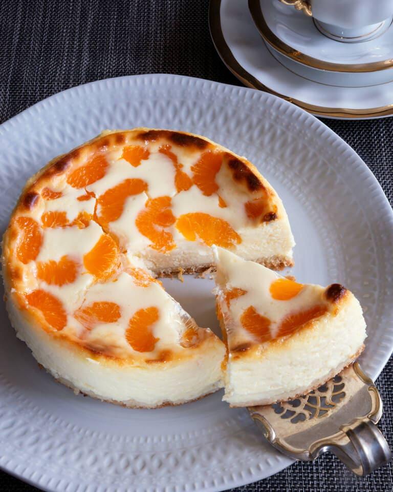 Bauernrahmtorte mit Mandarinen auf Teller