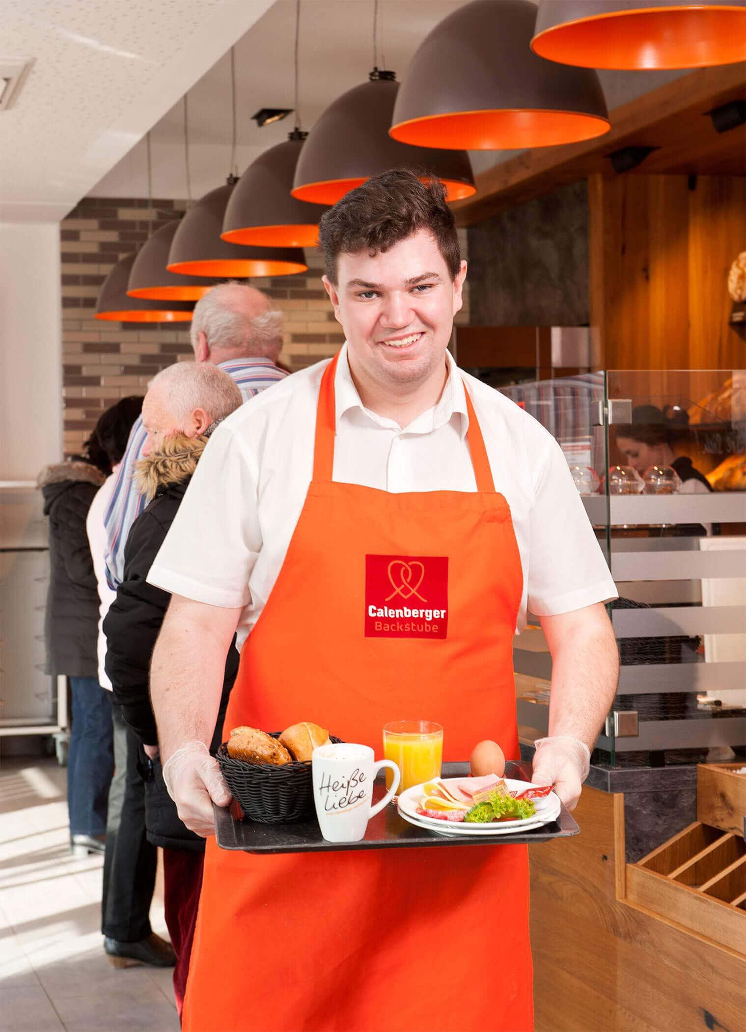 Verkäufer mit Frühstücks-Tablett