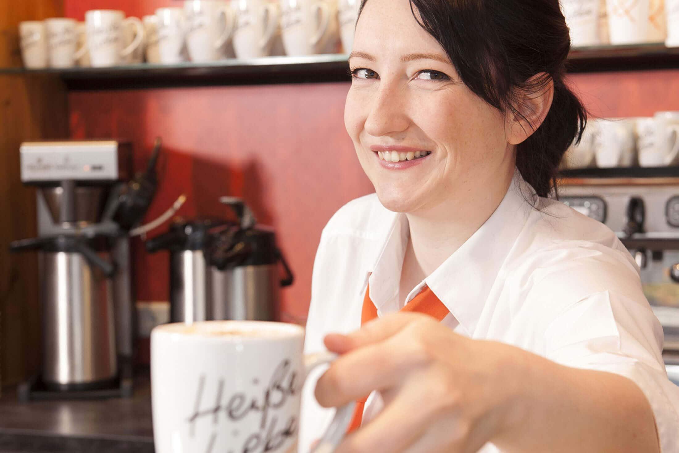 Verkaeuferin mit Kaffee