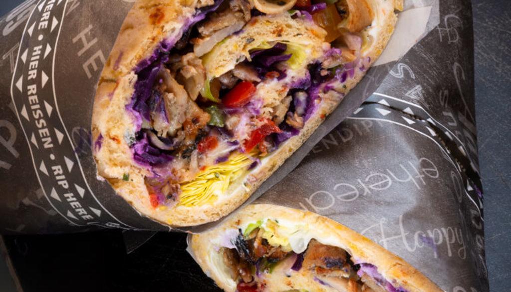 Aufgeschnittener Wrap mit Gemüse und Hähnchenfleisch