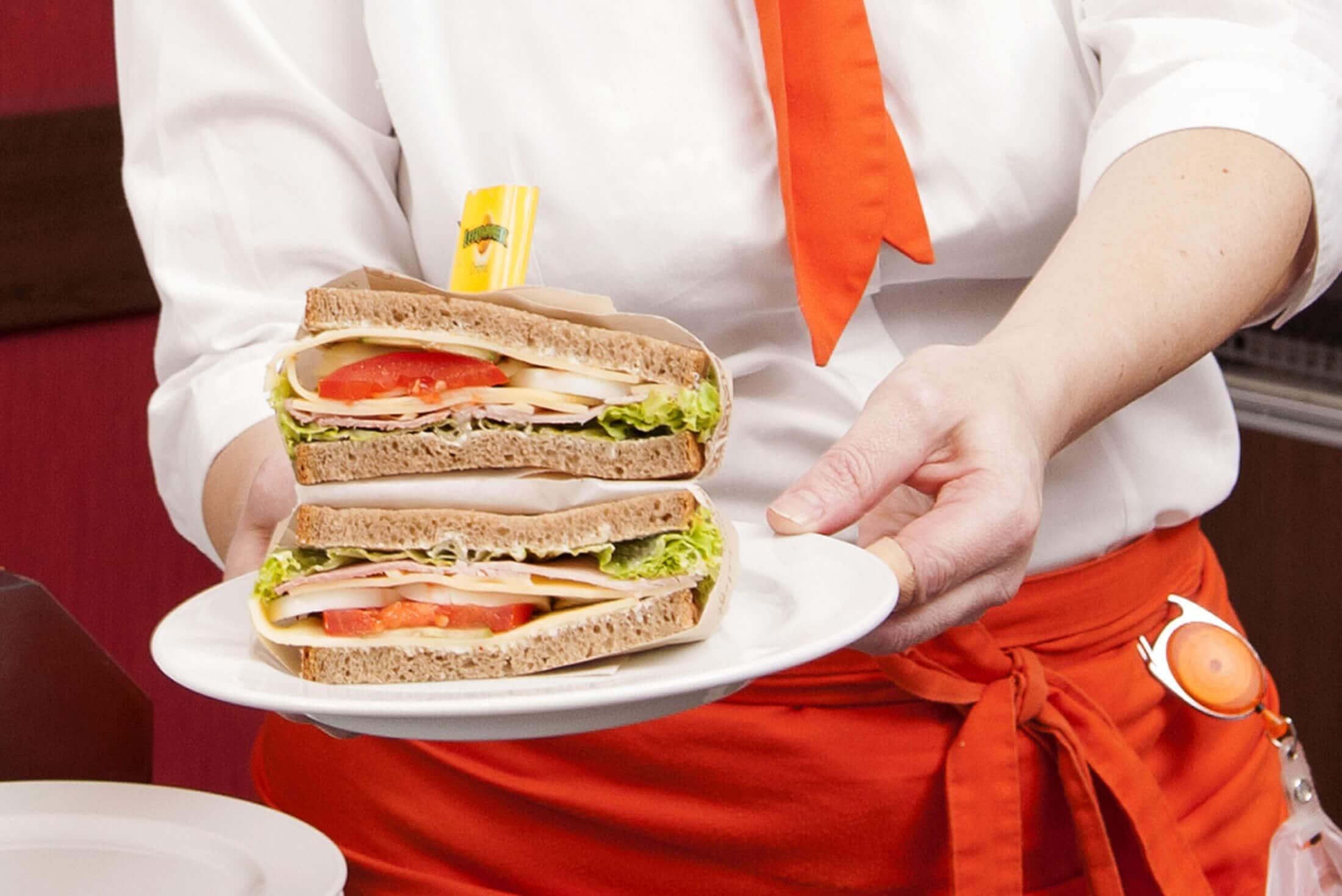 Verkäuferin mit Sandwich